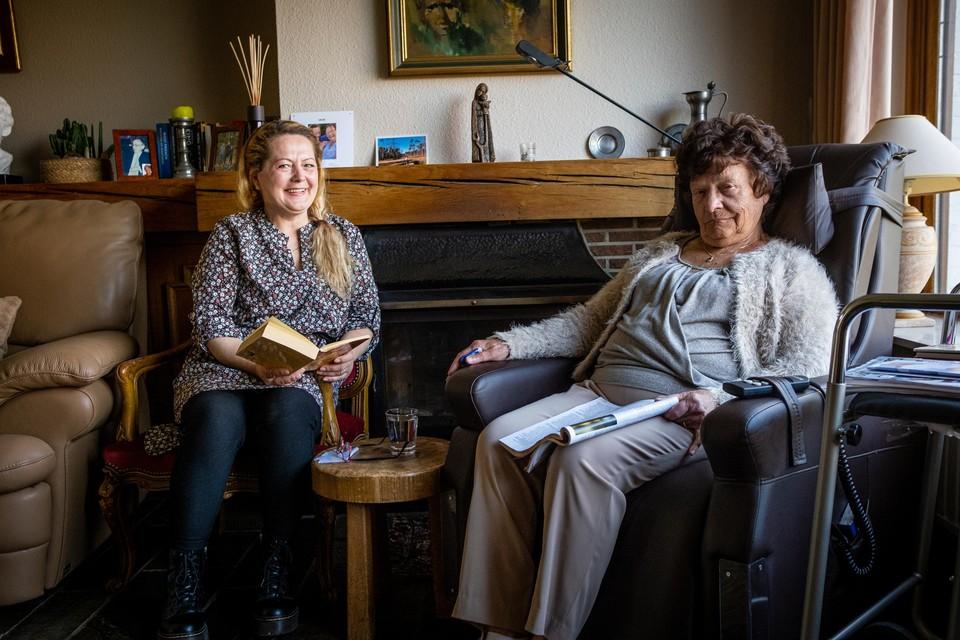 Godelieve Geraets (r.) met haar inwonende assistent Elena.
