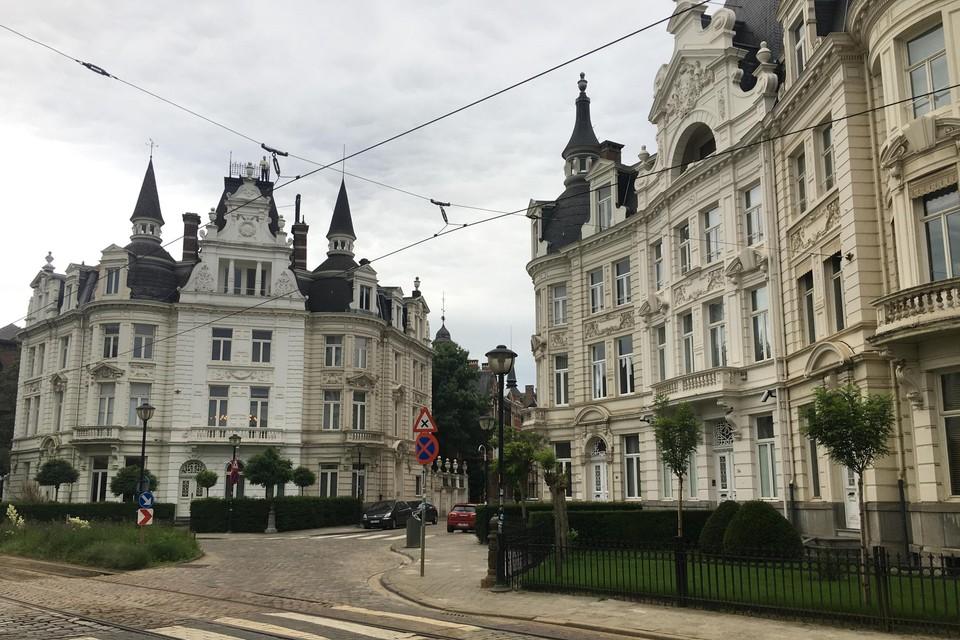 De vier bijna identieke huizen aan de rotonde worden in de volksmond 'de witte paleizen' genoemd.