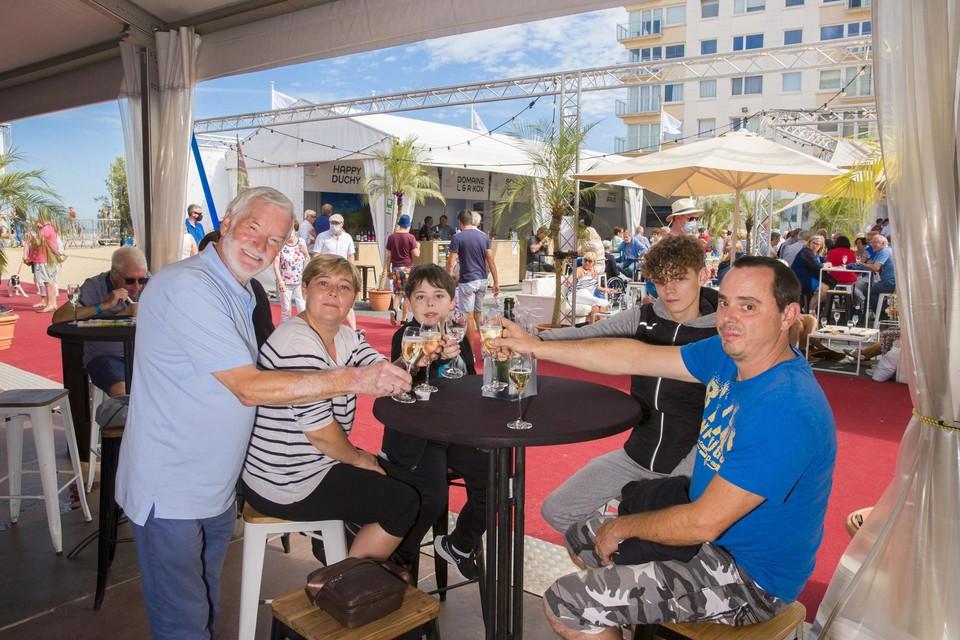 Weldoener Eric Vandewalle ontving zondagochtend het Waalse gezin Smets. Op de zeedijk kraakten ze samen een fles bubbels.