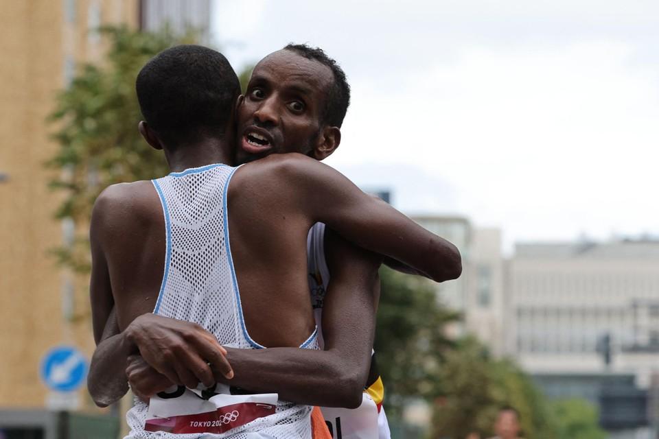 Bashir Abdi vloog zijn Nederlandse vriend Abdi Nageeye in de armen na de marathon op de Spelen.