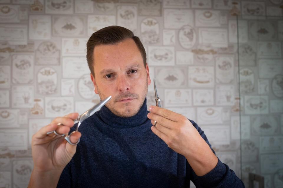 """""""We zien dat andere kappers soms bij mensen thuis gaan knippen. Dan is het veel veiliger om de kapsalons te heropenen"""", zegt kapper Denny Luyckx."""