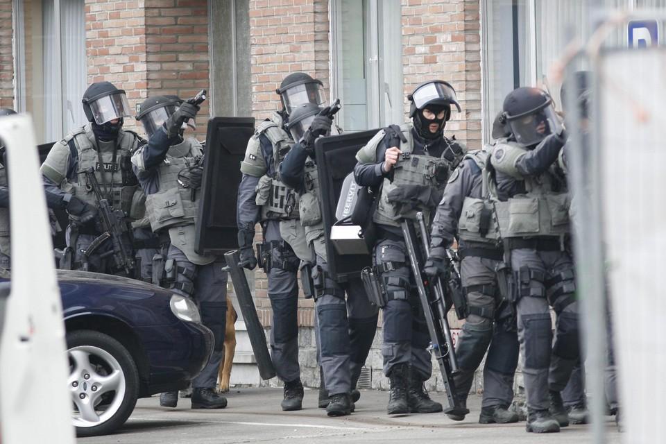 De Speciale Eenheden van de federale politie houden het appartement in de Wijerstraat, waar schutter Jean Houben zich verschanst, onder schot.