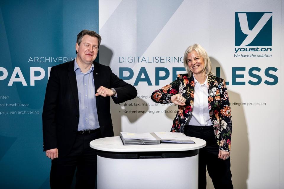 CEO Tom Vanham van LRM en CFO Marijke Vanderstukken van Youston bezegelen de overeenkomst.