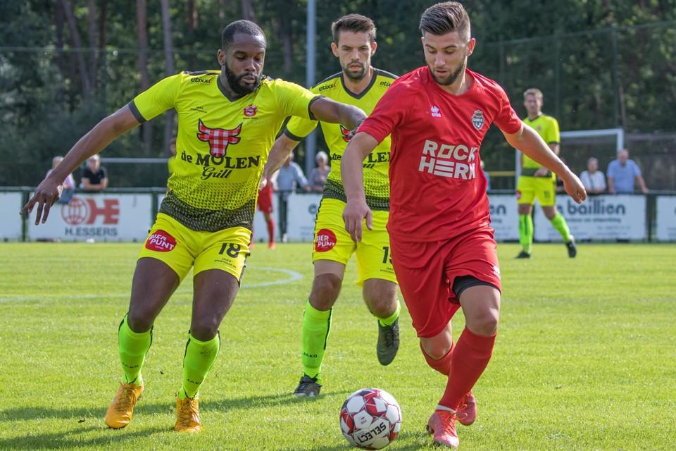 Murataj wordt achtervolgd door twee spelers van Bregel.