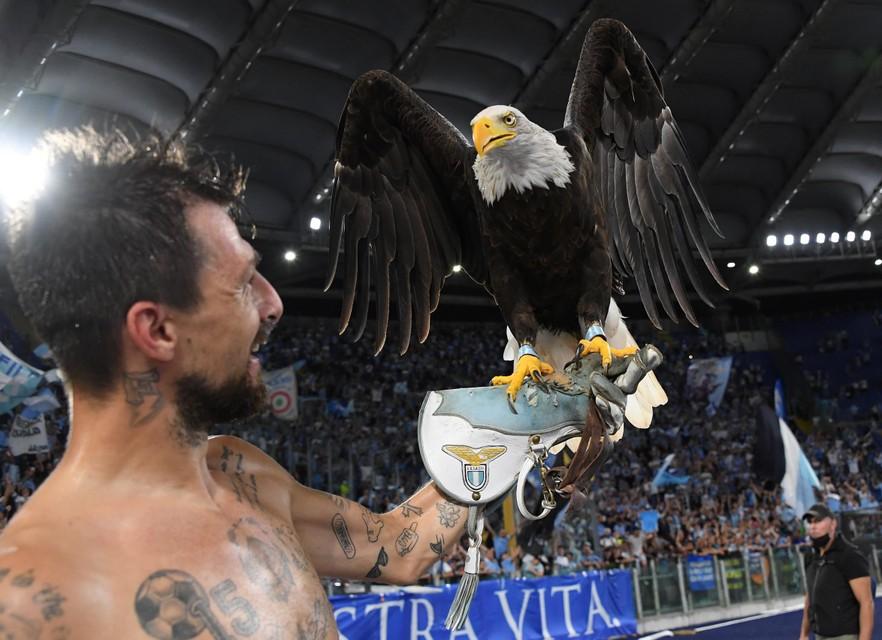 Francesco Acerbi die viert met adelaar olimpia, de mascotte van Lazio