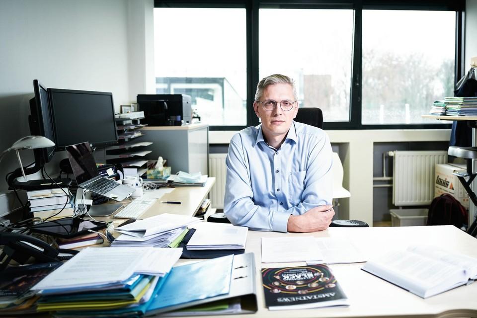 """""""Als we ook relevante info van de Belgen zelf zouden krijgen, kunnen we het virus nog nauwgezetter volgen"""", zegt professor Niel Hens (UHasselt)"""