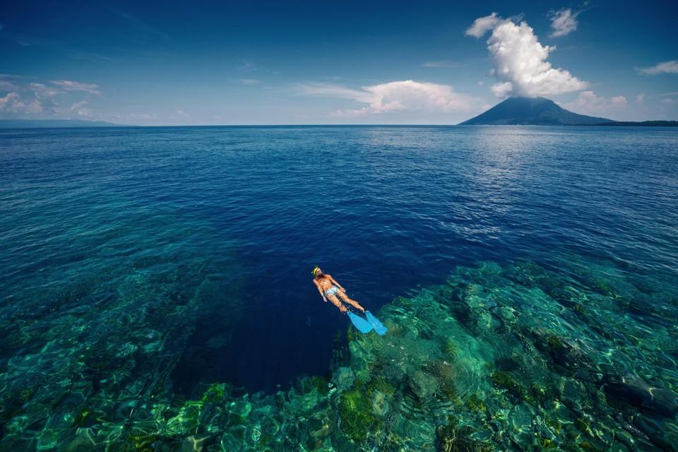Snorkeling dengan pemandangan terumbu karang di dekat Punakan.