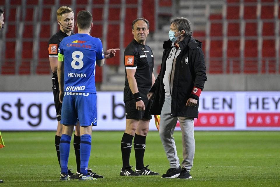 Heynen vroeg ref D'Hondt na de match op Antwerp nog om meer uitleg over zijn vijfde gele kaart, hoorde ook thuiscoach Vercauteren.