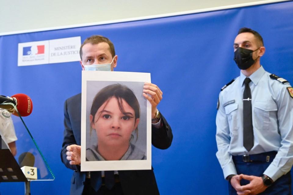 Regionaal procureur Nicolas Heitz met een foto van de ontvoerde Mia (8).