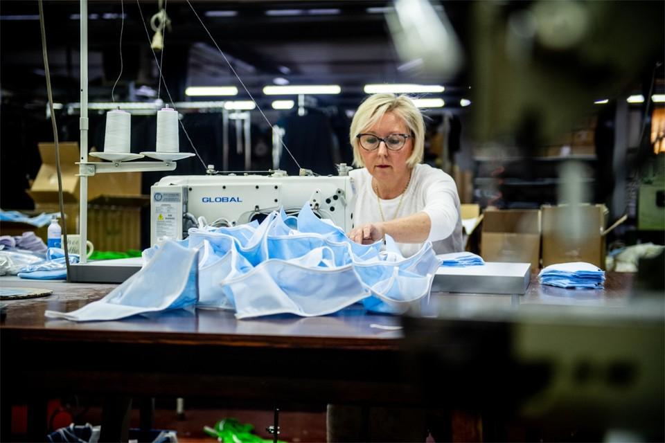 """Ook in het naaiatelier van confectiebedrijf Rezytex gaat de aandacht naar mondmaskers. """"Dagelijks maken wij er hier zo'n 1.500 stuks"""", klinkt het daar."""