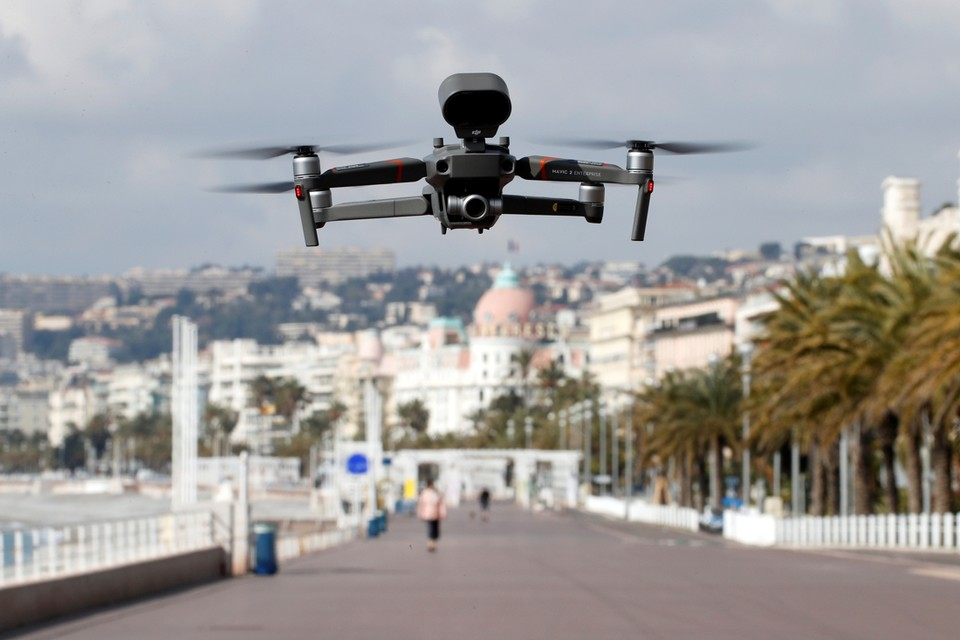 Een drone vliegt over de Promenade des Anglais in Nice. Om erop toe te zien dat iedereen naar huis gaat.