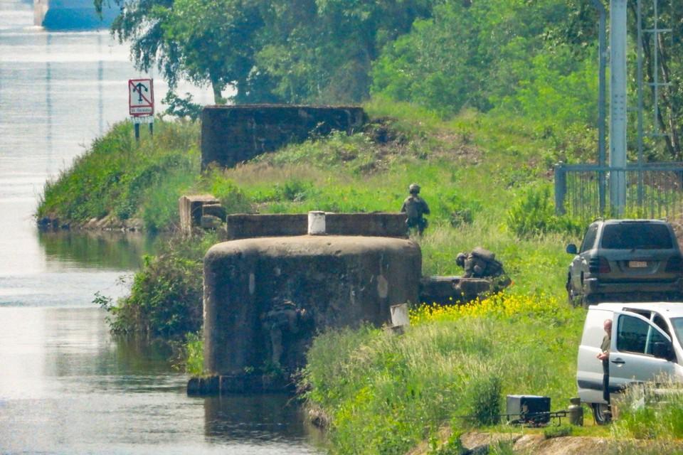 De bunkers aan de Zuid-Willemsvaart zijn restanten van een verdedigingslinie uit de Tweede Wereldoorlog.