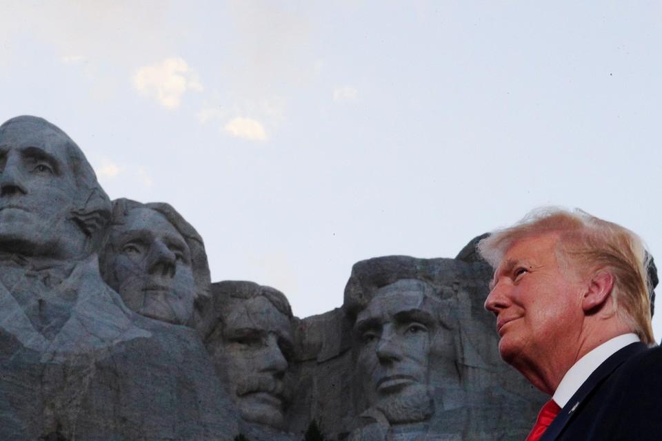 Juli 2020. Trump houdt een opruiende 4 juli-speech voor Mount Rushmore, waar de beeltenissen van vier legendarische presidenten in de rotsen zijn vereeuwigd. Voor zijn fans is het duidelijk wie nummer vijf moet worden.