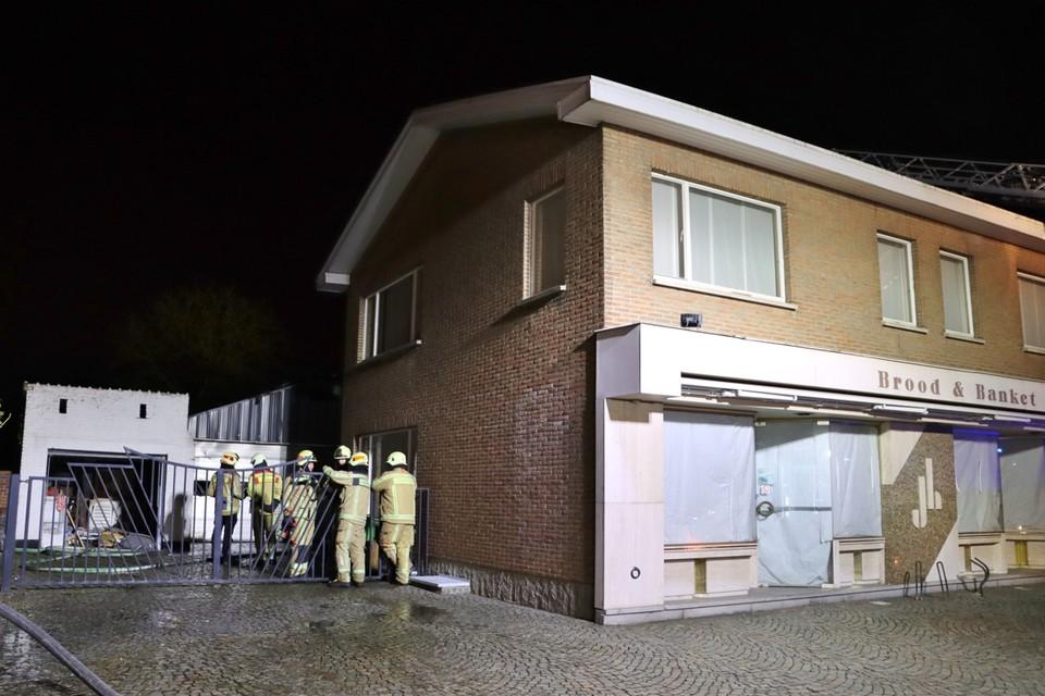 De brandweer van Genk kon verhinderen dat het vuur oversloeg op andere gebouwen.