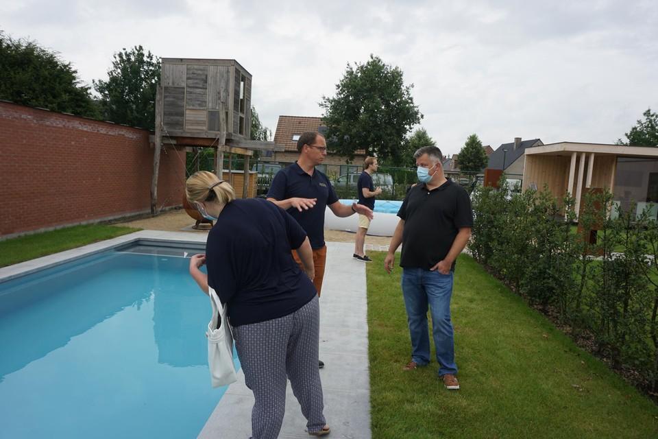 Koen Cottenie van Alegria Pools doet enkele slachtoffers van Whoppa Pool een voorstel om hen toch een zwembad te bezorgen.