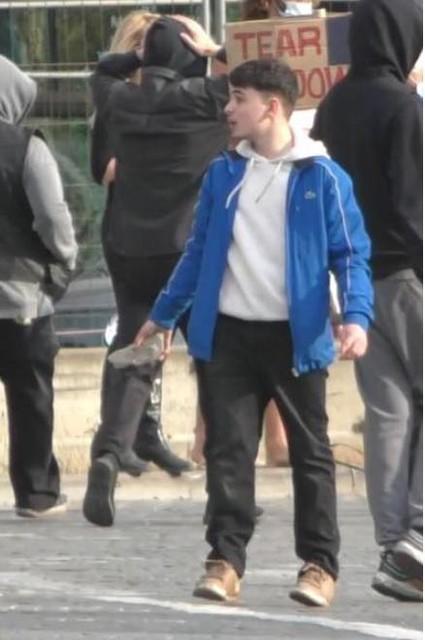 Wie herkent de jongeman met de kassei in de hand?