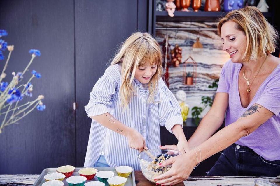 Sofie kookt graag samen met dochtertje Grace.