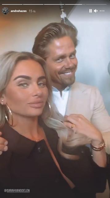 Breed glimlachend toont André Hazes zijn nieuwe liefde Sarah
