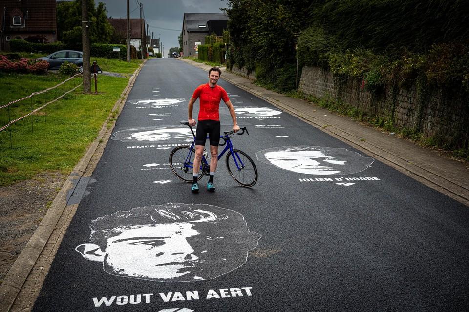 Summie op de Smeysberg tussen graffititekeningen van Wout van Aert, Jolien D'hoore, Remco Evenepoel, Lotte Kopecky en Jasper Stuyven