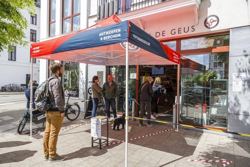 Aanschuiven bij de heropening van fietswinkel De Geus aan de Marnixplaats in Antwerpen.