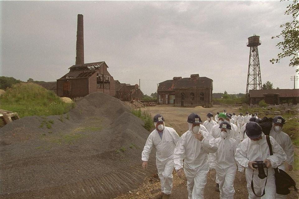 80 jaar hebben er mensen onbeschermd gewerkt in de arseenfabriek van Reppel. Bij de start van de sanering in 1999 mocht men het terrein alleen op met beschermkledij en mondmaskers.