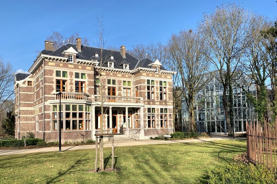De nieuwe conciërge kan met zijn gezin wonen in een gedeelte van deze villa.