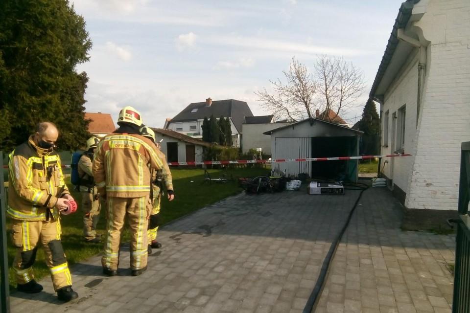 Omwille van asbest in het dak werd een lint gespannen rond de garage.