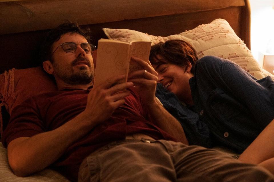 Casey Affleck en Dakota Johnson als respectievelijk journalist Matthew Teague en zijn aan kanker stervende vrouw Nicole in het drama 'Our Friend'.