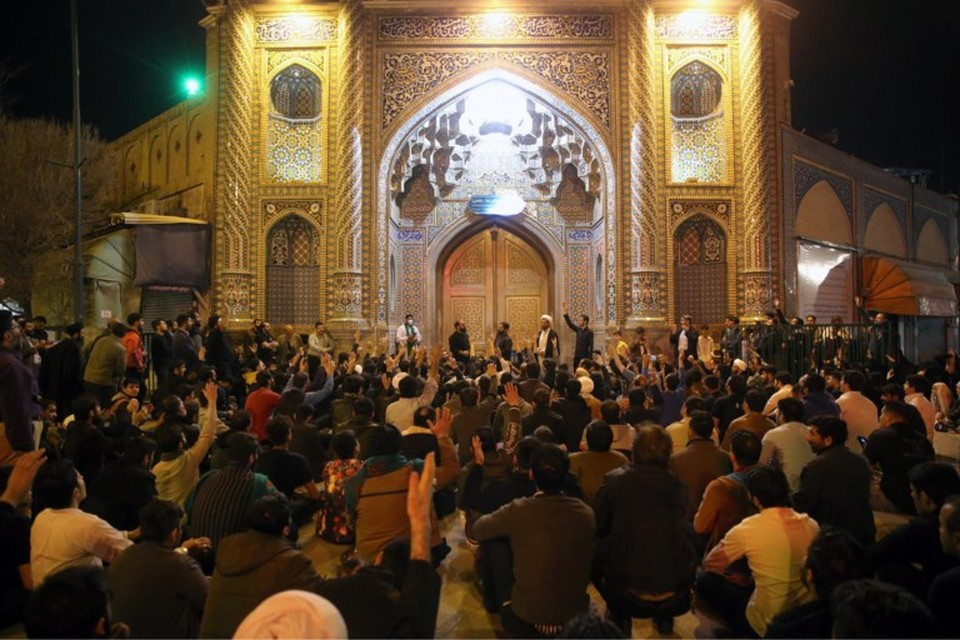 Zelfs nadat de heiligdommen in het Iraanse Qom waren gesloten bleven gelovigen samentroepen voor de deuren. De pelgrims namen het virus mee Iran in waar het voor een ravage zorgde. Maar exporteerden het ook.