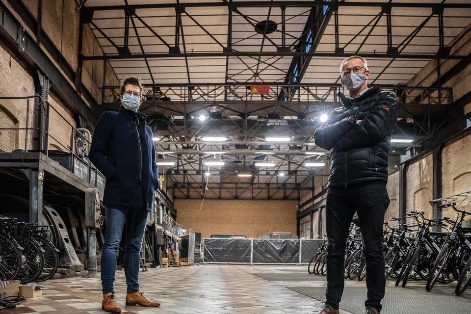 Burgemeester Thomas Vints (links)  in de elektriciteitscentrale op be-Mine in Beringen, waar een vaccinatiecentrum komt.