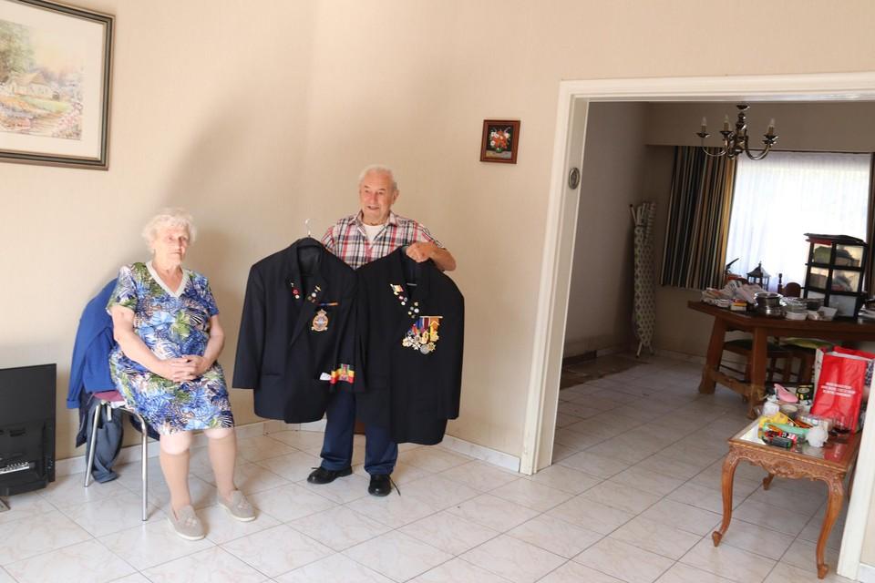 """""""Onze woonkamer is leeg. We hebben niets meer"""", zegt Francine Brodelez. Echtgenoot Guy Eembeeck heeft gelukkig nog zijn pak van de oud-strijders en zijn vest met decoraties."""