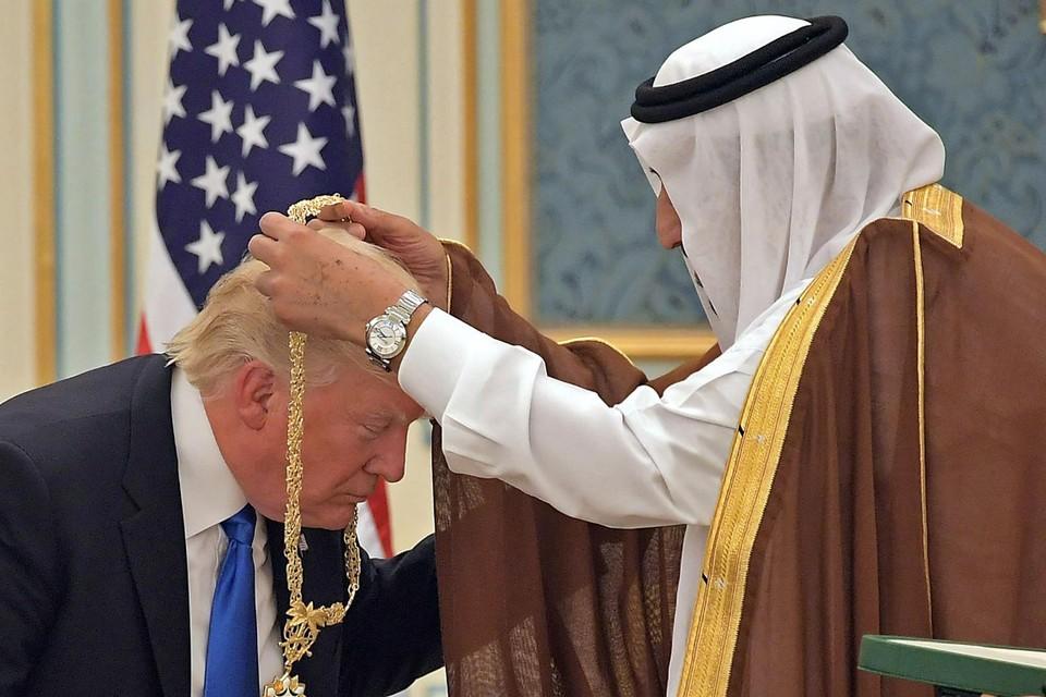 Mei 2017: de Saudische koning Salman schenkt Trump een onderscheiding. Hij en zijn entourage krijgen ook 82cadeaus mee. De duurste negen neemt hij mee naar het Witte Huis zonder ze aan te geven.