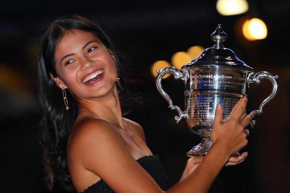 Emma Raducanu en trofee stralen.