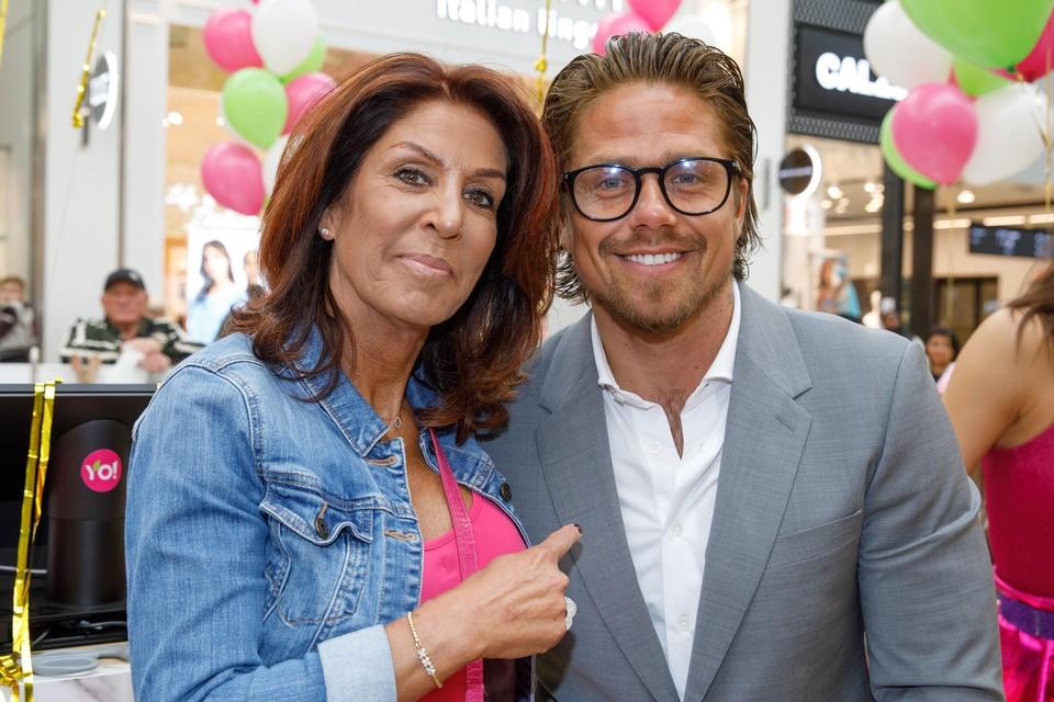 Rachel Hazes en haar zoon André.