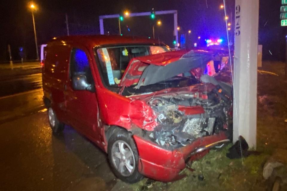 Een wagen kwam tegen een verlichtingspaal tot stilstand.
