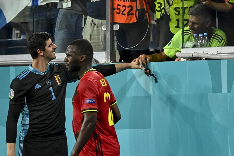 Een treffende foto van Thibaut Courtois en zijn vader Thierry na de match tegen Denemarken onderstreept het belang van fysiek contact.