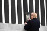 thumbnail: Januari 2021. Het monument van vier jaar Trump is misschien wel de onafgewerkte grensmuur met Mexico. Als een van zijn laatste acties gaat Trump in Texas een stuk van het hekwerk signeren. De presidentiële handtekening maakt het herdenkingsbordje grotendeels onleesbaar.