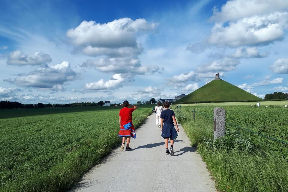 Ook op het wandelpad richting hoeve in Hougoumont domineert de leeuw.