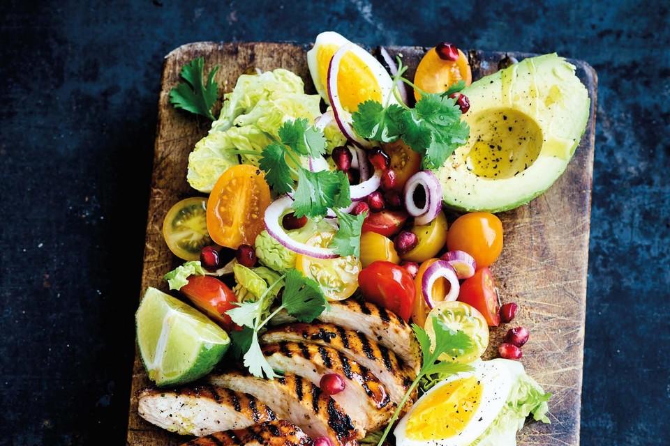 Eens niet in een kom, ook op een plank kan je salade mooi serveren.