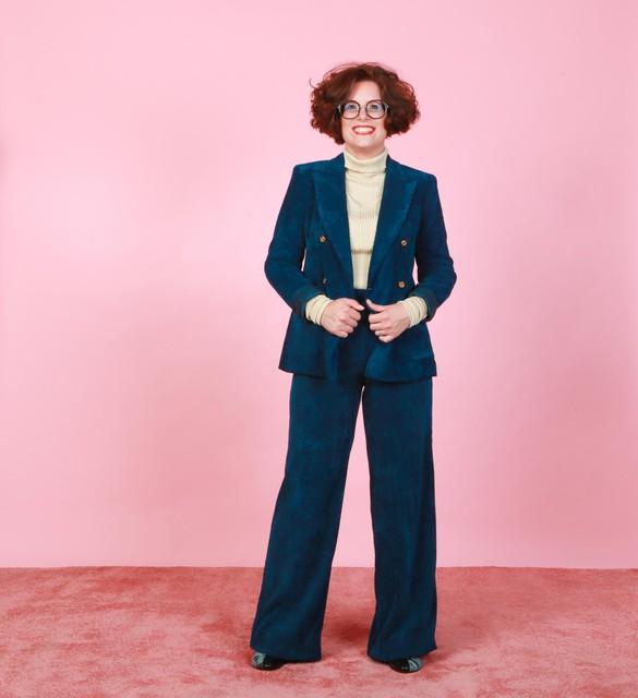 Deze outfit kun je shoppen bij la Bottega in Hasselt: broek 105 euro, blazer 180 euro, rolkraag 160 euro, laarsjes 485 euro.
