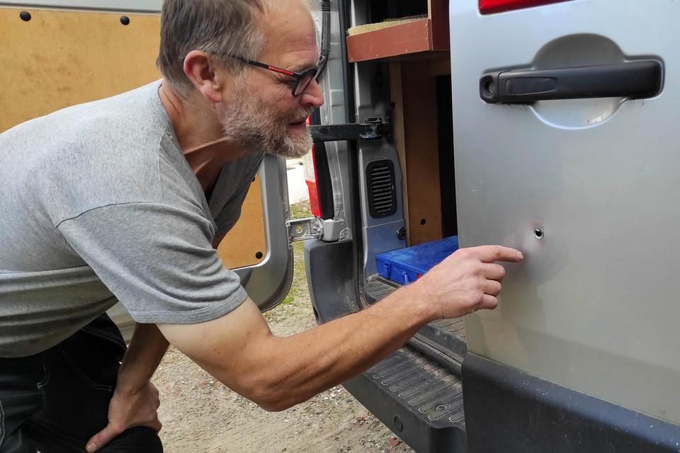 Zelfstandig vakman Leon Reumers toont waar de dieven een gaatje boorden om de achterdeur van zijn bestelwagen te ontgrendelen.