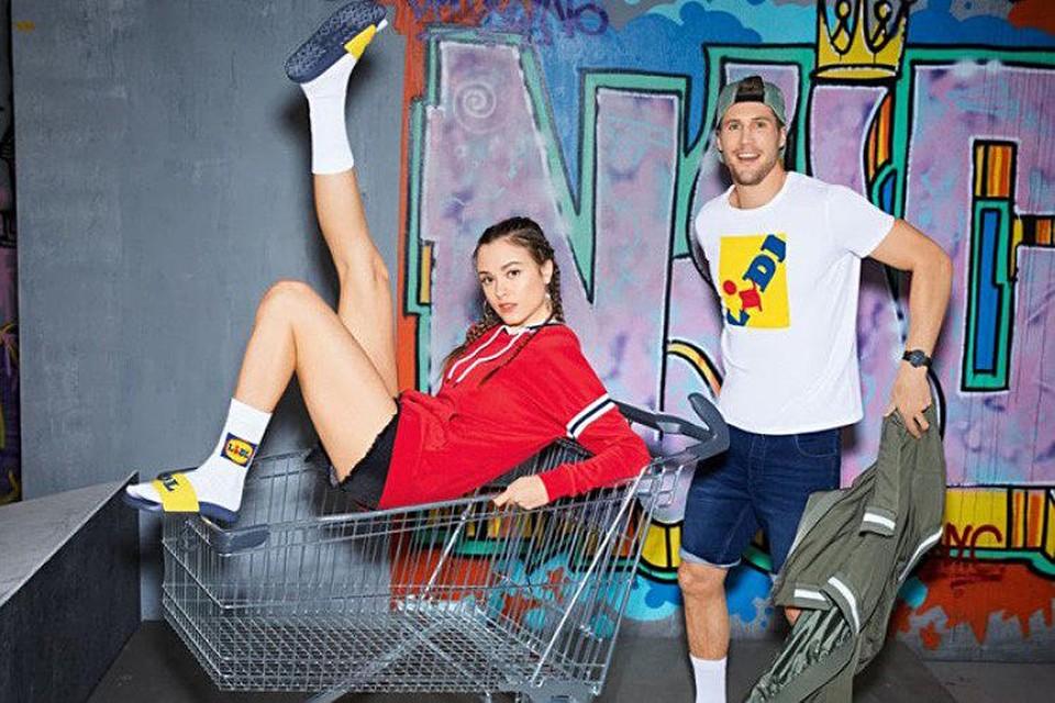 De collectie bevat onder meer slippers, sokken en T-shirts met het geelblauwe logo