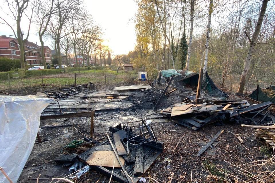 Het tuinhuis is volledig afgebrand.