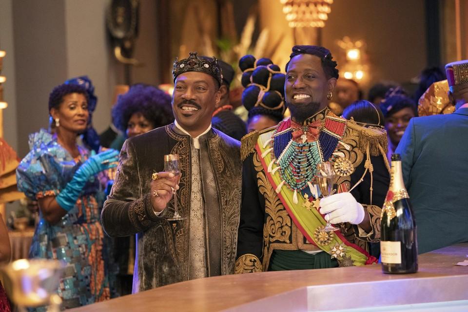 Koning Eddie Murphy toost met tegenstander Wesley Snipes in 'Coming 2 America'.
