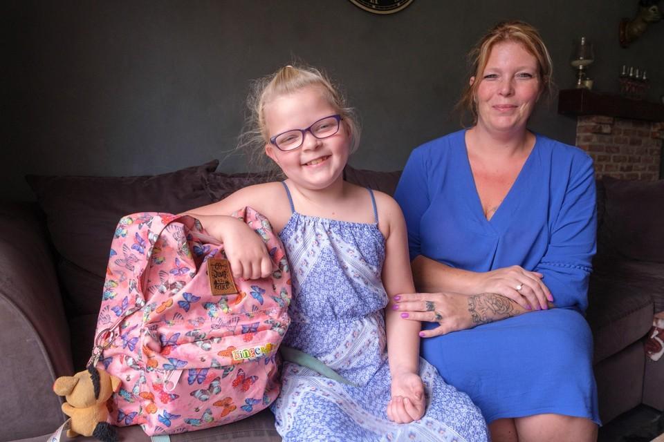 """Fayah (7) met haar mama: """"Voor corona was ze drie uur op pad, nu zijn er dat vijf."""""""