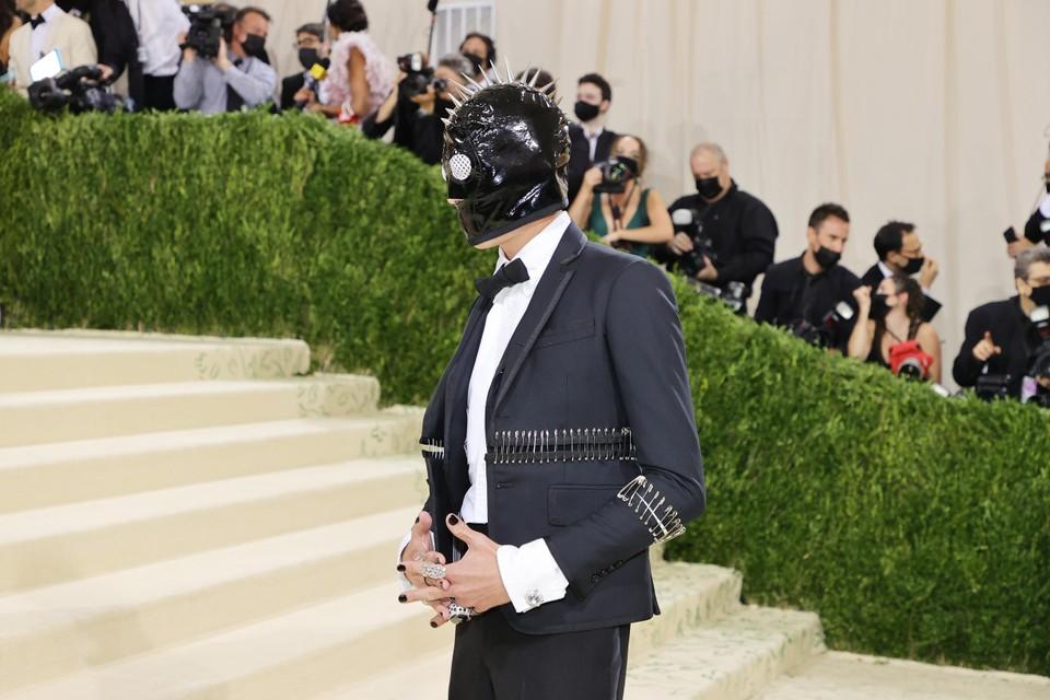 Evan Mock, bekend van de -reboot, hier onherkenbaar met een gimp-masker.