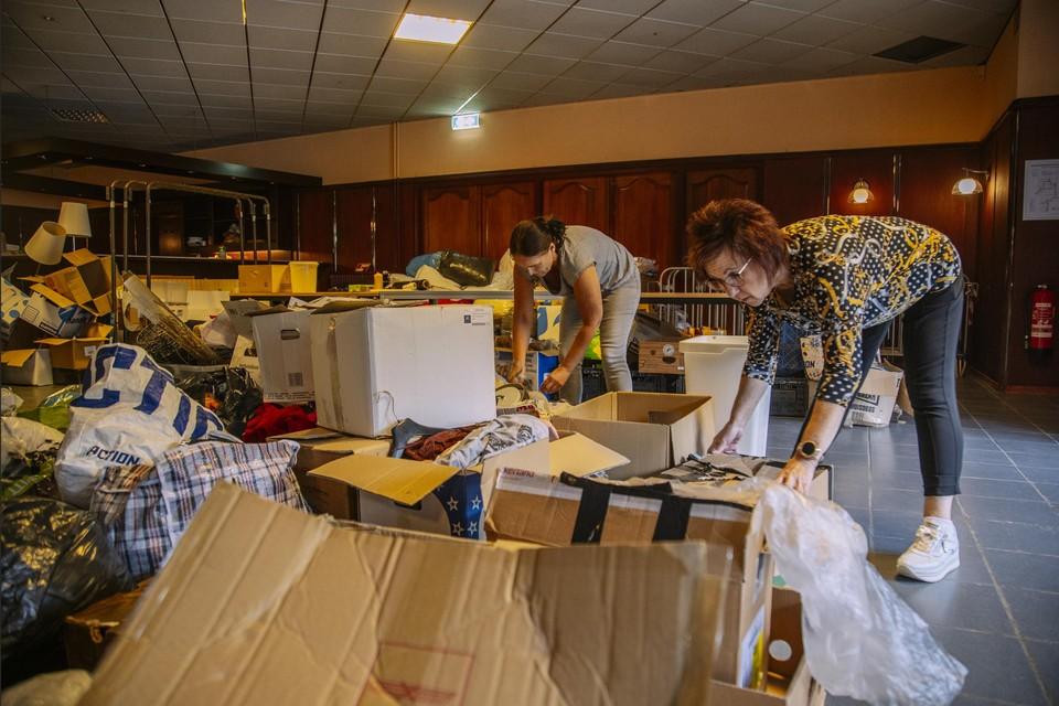 Vrijwilligers sorteren geleverde spullen in Stein. Daar zit vaak rommel tussen.