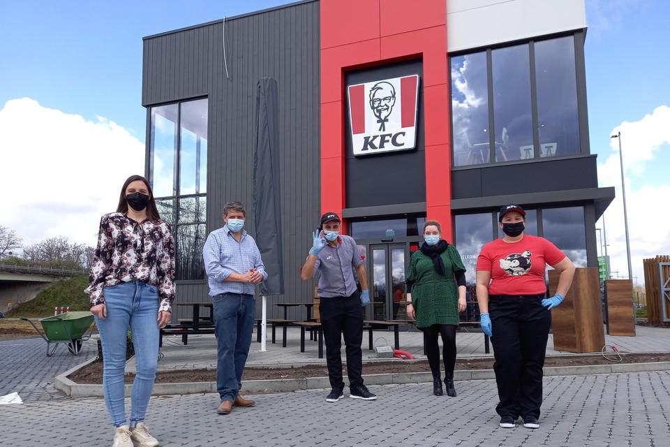 De kernploeg is samen met manager Bart Molemans (tweede van links) bij KFC in Bilzen klaar voor de opening