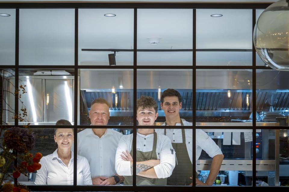 Het dynamische team van Klost'r in Vlijtingen: maître Guy Loyens en zijn echtgenote Nicky, naast chefs Dries Provoost en Pieter Kellens.