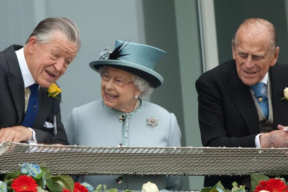 Sir Oswald (links) samen met de Queen en prins Philip.